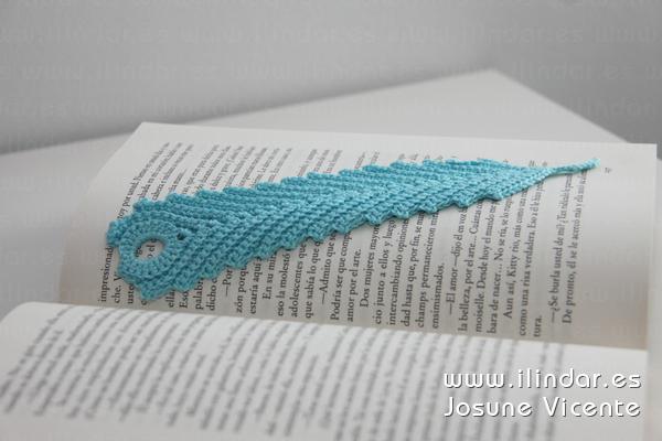 Marcapáginas pluma azul en crochet