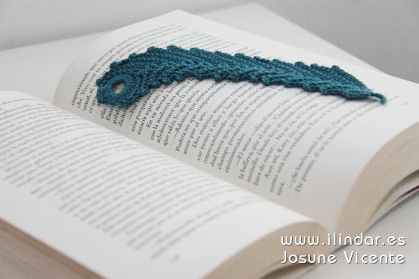 Marcapáginas pluma azulado en crochet