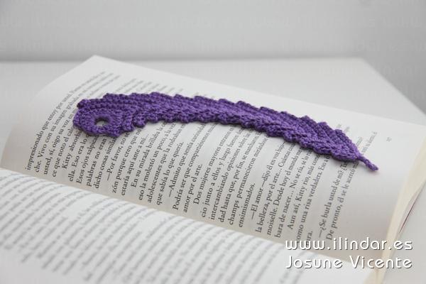 Marcapáginas pluma morado en crochet