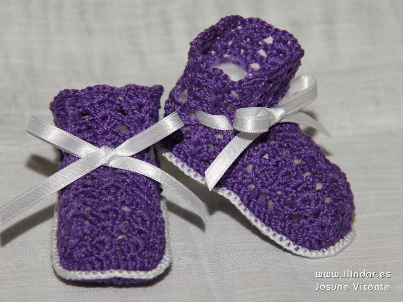 patucos / botitas moradas en crochet para bebé
