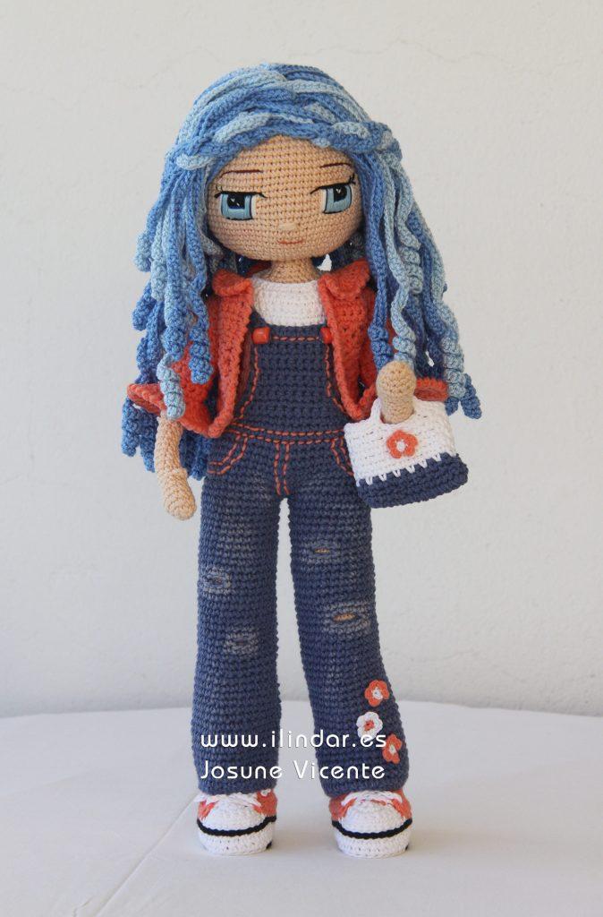 Muñeca azul con chaqueta